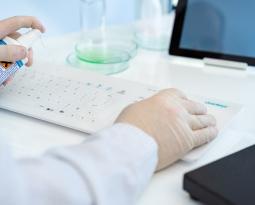 Teclado inalámbrico CK4W Cleankeys con superficie de vidrio: El teclado perfecto para hospitales